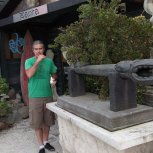 Paora the master sculptor outside his studio on Waihiki Island